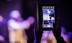 Fã usa 'tablet' para gravar sambistas no Circo Voador Foto: Fabio Seixo / Agência O Globo