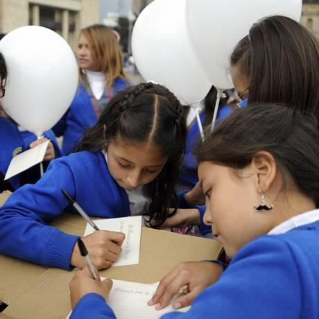 Como parte do processo de paz, crianças em Bogotá enviam mensagens para as Farc Foto: EITAN ABRAMOVICH/AFP