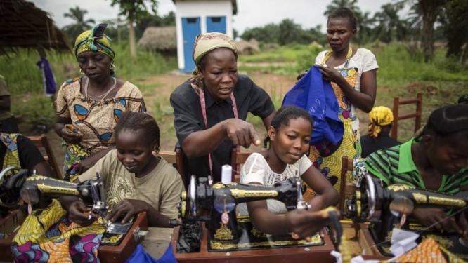 Freira (de camisa preta) ensina mulheres a costurar na cidade de Dungu, no Nordeste do Congo Foto: UNHCR/B.Sokol/Divulgação