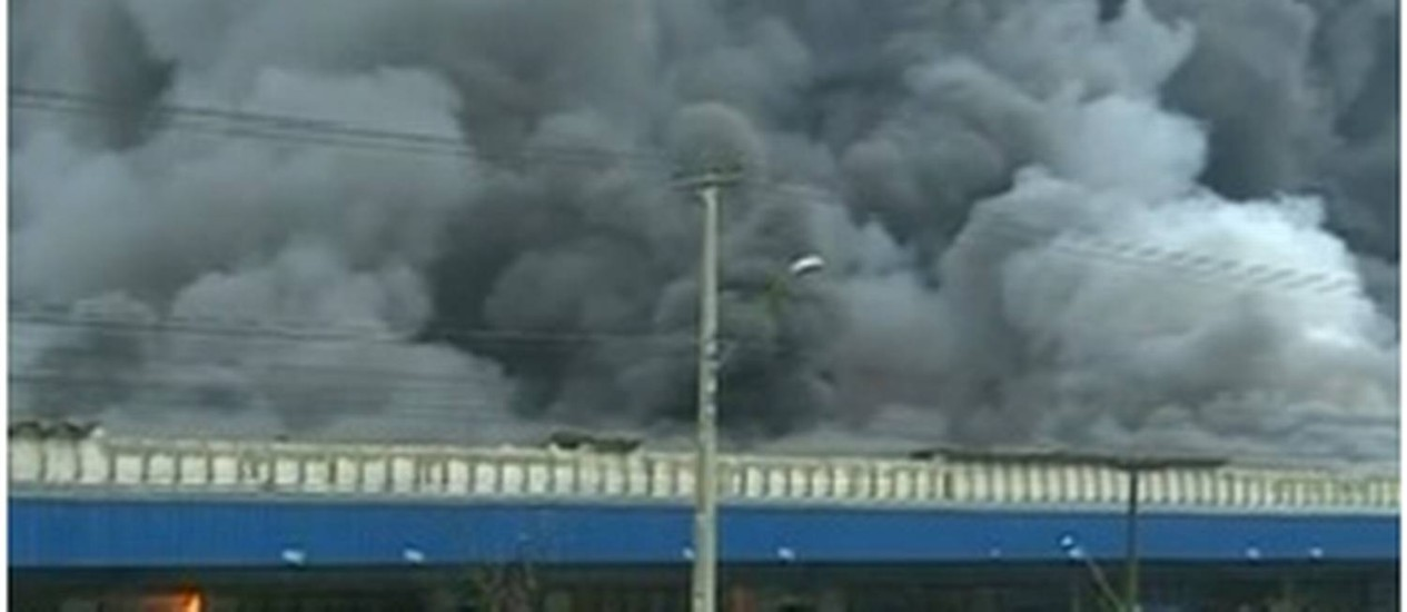 Fogo atinge depósito da Electrolux em Curitiba Foto: Reprodução/TV Globo