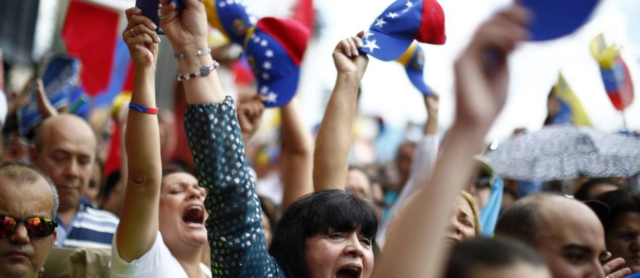 Opositores gritam durante protesto em Caracas, neste sábado Foto: JORGE SILVA / REUTERS