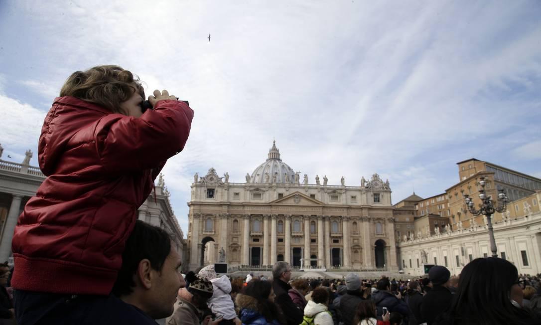 Criança usa um binóculo para ver o Papa Francisco na Praça São Pedro, no Vaticano Foto: Gregorio Borgia / AP