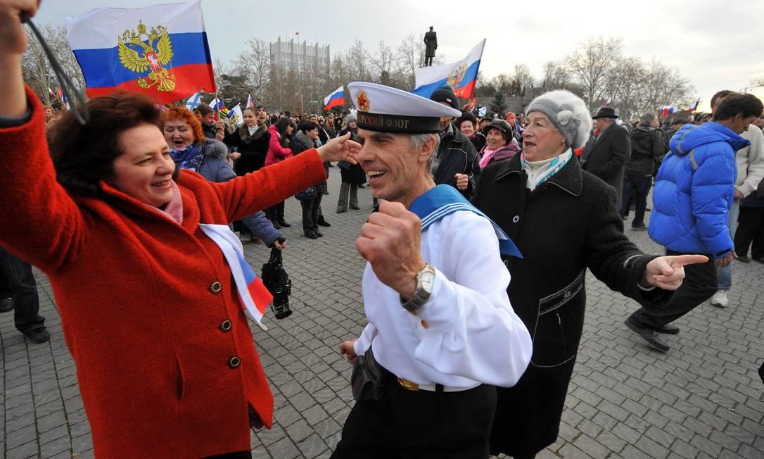 Eleitores pró-Rússia dançam para comemorar referendo em Sevastopol Foto: Alexander KHUDOTEPLY / AFP