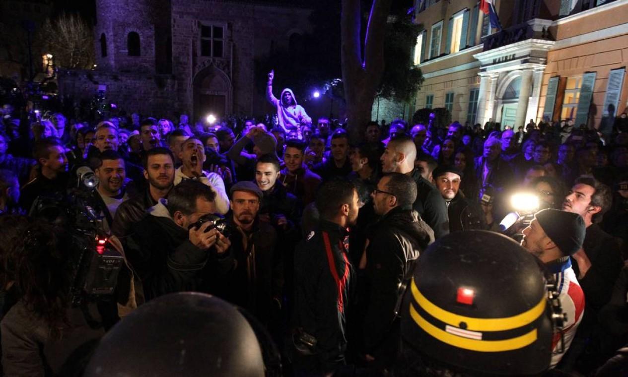 Franceses comemoram em frente à sede do partido de extrema-direita Frente Nacional (FN), após o candidato David Rachline vencer as eleições municipais em Frejus Foto: JEAN CHRISTOPHE MAGNENET / AFP