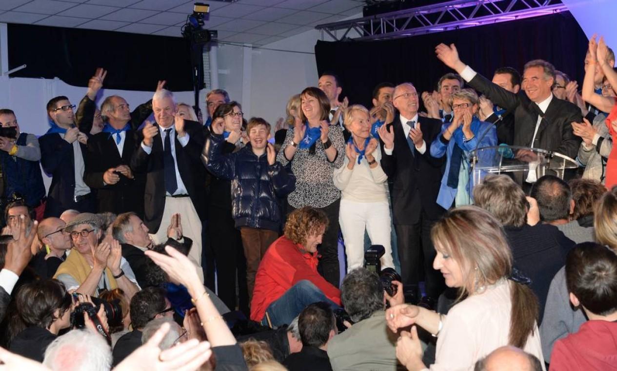 O presidente do Partido Central e candidato à prefeitura de Pau, Francois Bayrou (à direita), é aplaudido após obter vitória Foto: MEHDI FEDOUACH / AFP