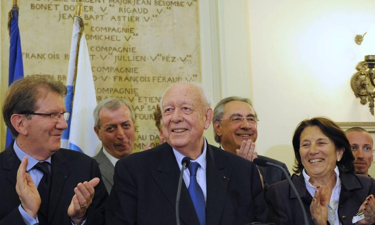 Prefeito de Marseille e candidato pelo partido de direita UMP, Jean-Claude Gaudin comemora vitória neste domingo Foto: BORIS HORVAT / AFP