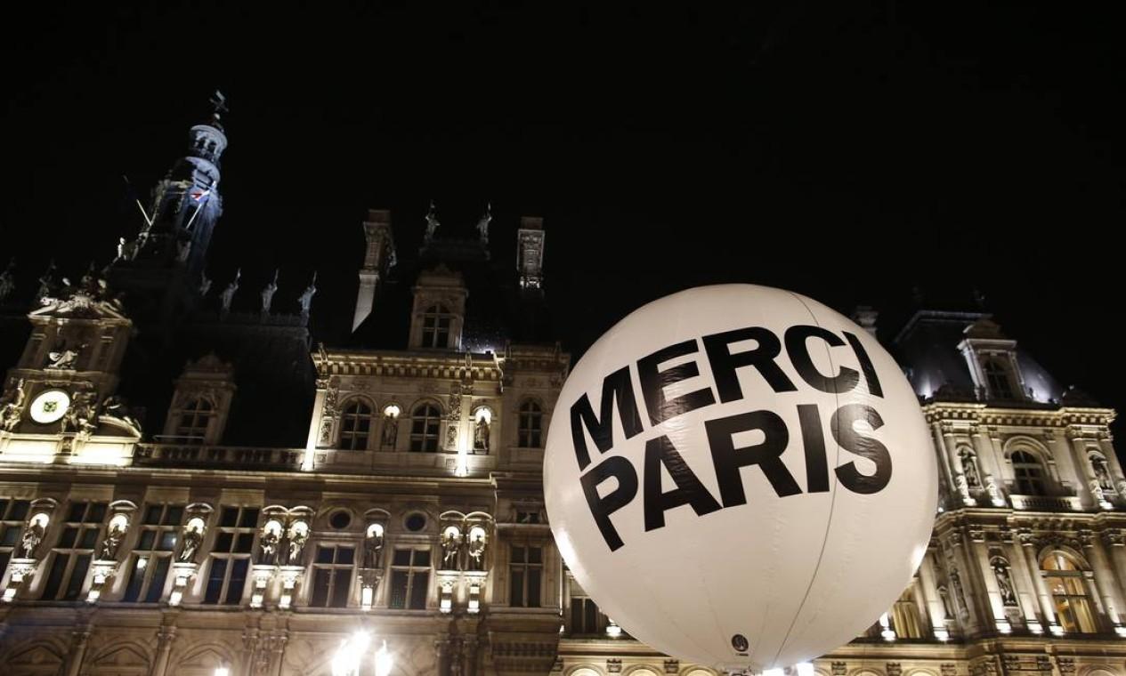 """Balão gigante com a inscrição """"Obrigado, Paris"""" é instalado na cidade depois da vitória de Anne Hidalgo, do Partido Socialista (PS), nas eleições municipais Foto: BENOIT TESSIER / REUTERS"""
