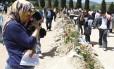 Amigos e familiares se despedem dos mineiros mortos na explosão em Soma, na Turquia, durante o enterro