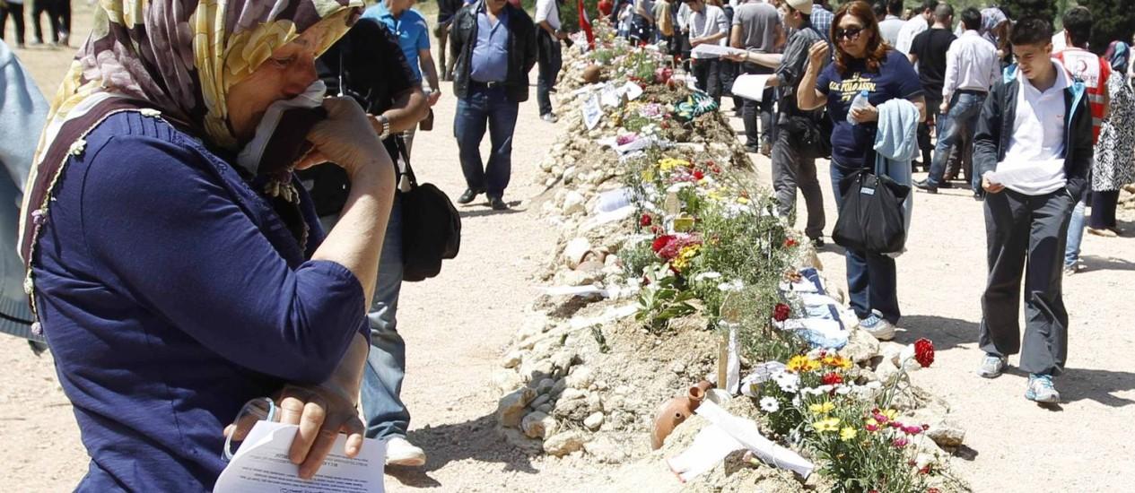 Amigos e familiares se despedem dos mineiros mortos na explosão em Soma, na Turquia, durante o enterro Foto: OSMAN ORSAL / REUTERS