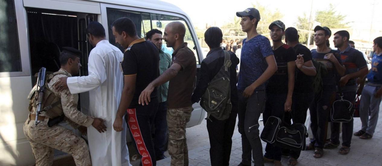 Voluntários que se juntaram ao exército iraquiano se preparam para embarcar em ônibus na cidade de Kerbala Foto: Mushtaq Muhammed / REUTERS