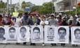Pessoas marcham em protesto em Acapulco, em Guerrero