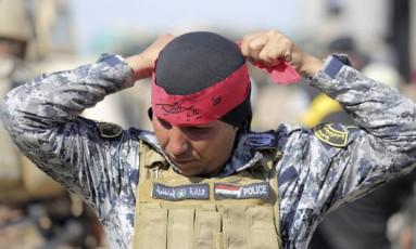 Soldado xiita patrulha a cidade de Jurf al-Sakhar neste sábado Foto: STRINGER / REUTERS