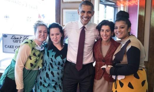 O presidente americano, Barack Obama, e a candidata ao governo de Rhode Island, Gina Raimondo, posam com pessoas fantasiadas para o Halloween em um restaurante em Providence Foto: BRENDAN SMIALOWSKI / AFP