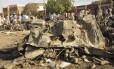 As pessoas se reúnem no local da explosão de uma bomba em Kano, na Nigéria