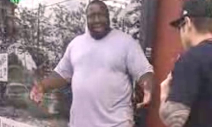 Depois de ser abordado por policiais, Eric Garner discute com os agentes Foto: Reprodução Youtube