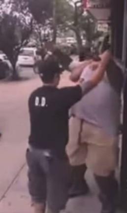 Agentes policiais tentam imobilizar Eric Garner Foto: Reprodução YouTube