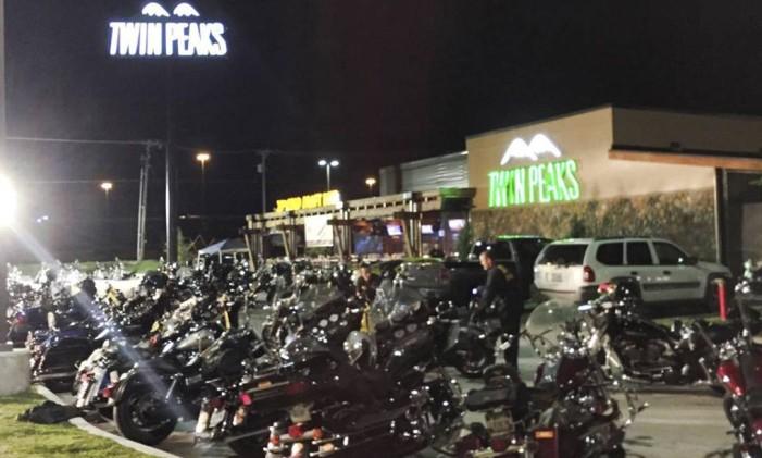 A polícia de Waco chega para investigar a briga entre gangues de motoqueiros que resultou em nove mortos e 18 feridos Foto: Waco Police Department / Reuters