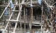 Um campo de imigrantes abandonados usado por traficantes de pessoas foi encontrado dentro da floresta, no norte da Malásia, região de fronteira com a Tailândia