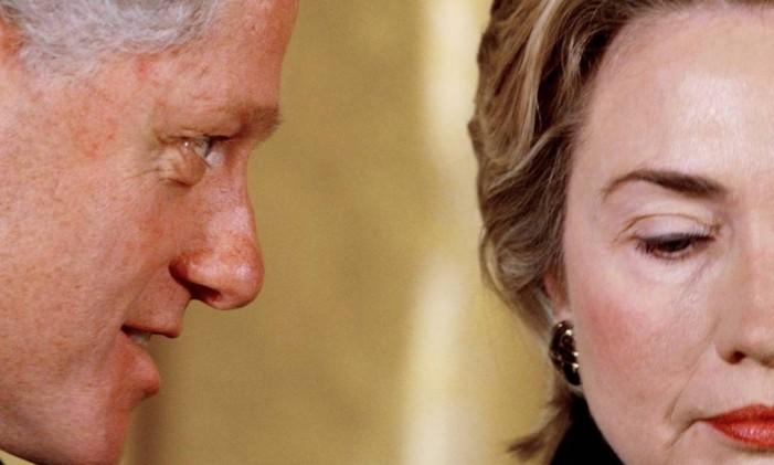 O então presidente Bill Clinton e Hillary durante um evento na Casa Branca em 1999 Foto: Win McNamee / Reuters