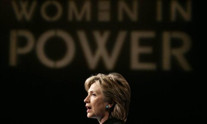 A então senadora Hillary Rodham Clinton, em 2007, durante um evento de apoio a democratas mulheres Foto: Charles Dharapak / AP
