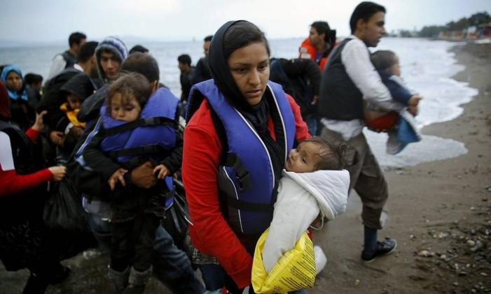 Cerca de 30 imigrantes afegãos desembarcam na ilha grega de Kos, após atravessarem o Mar Egeu em um bote, sob mau tempo, nesta quarta-feira Foto: Yannis Behrakis / Reuters