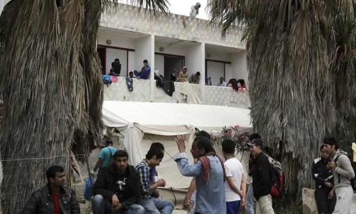 Imigrantes se abrigam em um hotel abandonado na ilha de Kos, na Grécia, nesta quarta-feira Foto: Petros Giannakouris / AP