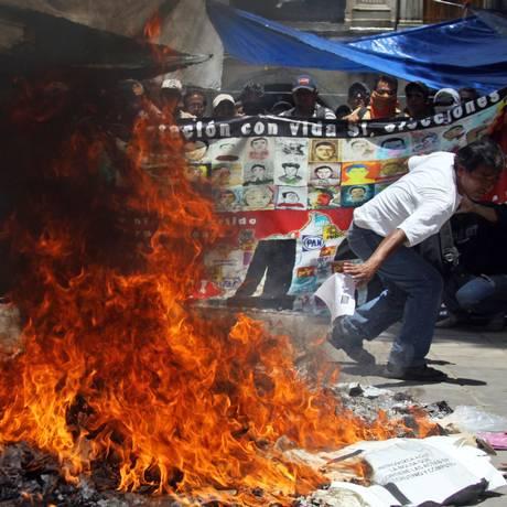 Professores queimaram cédulas eleitorais durante pleito em Oaxaca. Autoridades mexicanas admitiram erro com contagem de 100,6% de votos Foto: PATRICIA CASTELLANOS/AFP