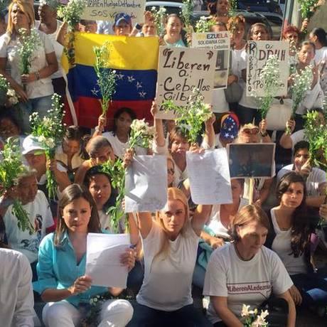 Mulheres venezuelanas pedem mediação da presidente Dilma. Lilian Tintori, esposa de Leopoldo López, e María Corina Machado estiveram presentes Foto: Reprodução Twitter