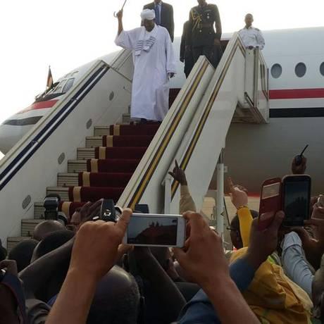 Bashir chega a Cartum depois de deixar África do Sul Foto: Reprodução Twitter
