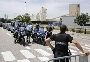 Polícia bloqueia área em Saint-Quentin-Fallavier, em Lyon, França, onde usina de gas foi atacada Foto: Laurent Cipriani / AP