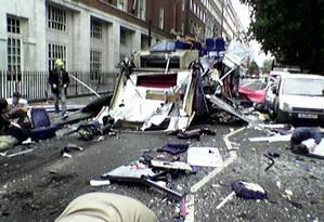 Foto tirada por um pedestre mostra destruição perto da Praça Tavistock em Londres, pouco tempo depois do atentado a um ônibus em 7 de julho de 2005 Foto: Ivan Peredruk / Reuters