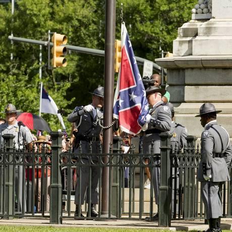 Bandeira confederada do Capitólio da Carolina do Sul é retirada por guardas após massacre em igreja negra Foto: JASON MICZEK / REUTERS