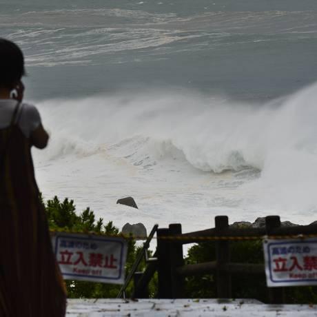 Tempestade Nangka também causou fortes ondas na ilha de Shikoku Foto: AP