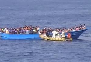 Imigrantes que tentavam chegar à Europa são resgatados pela Marinha Italiana Foto: Marinha Italiana