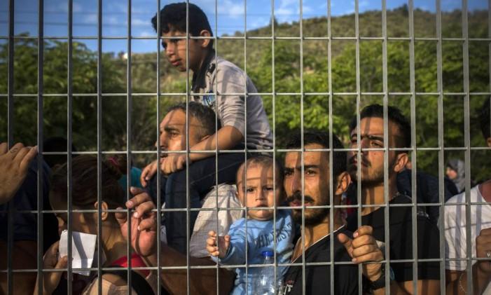 Refugiados e imigrantes esperam para obter registro na Grécia, para que possam chegar a países como Macedônia, Sérvia e Hungria e, em seguida, continuar a jornada até países da Europa Ocidental Foto: Santi Palacios / AP