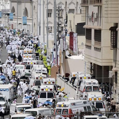 Ambulâncias chegam para atender peregrinos feridos em tumulto perto da cidade sagrada de Meca no primeiro dia do Edi al-Adha Foto: MOHAMMED AL-SHAIKH / AFP