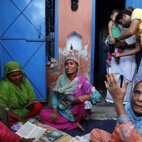 Familiares choram pela morte do indiano Mohammad Akhlaq Foto: Manish Swarup / AP