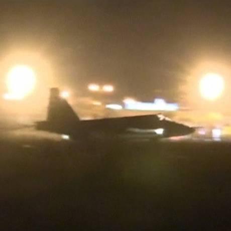 Reuters TV registra o pouso de um jato russo na Síria. Ataques nessa sexta-feira destruíram centro de comando do EI Foto: Reuters TV / Reuters