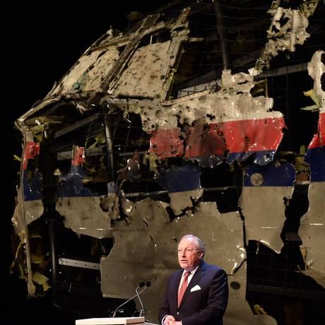 Tjibbe Joustra, chefe da Agência Holandesa de Segurança, apresenta o relatório sobre a queda do voo MH17 da Malaysia Airlines em frente aos destroços remontados por técnicos de investigação Foto: Emmanuel Dunand / AFP