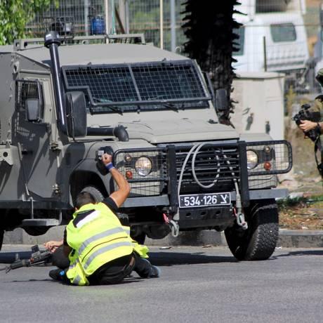 Palestino disfarçado de jornalista ataca soldado israelense e é morto em seguida Foto: Jameel Salhab / REUTERS