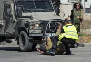 Palestino disfarçado de jornalista ataca soldado israelense com uma faca antes de ser morto na cidade de Hebron October, na Cisjordânia Foto: STRINGER / REUTERS