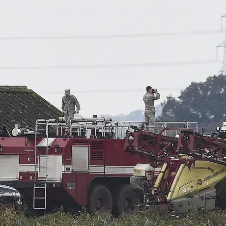 Serviços de emergência chegam ao local em que o caça americano caiu nesta quarta-feira, no condado de Cambridgeshire Foto: Alan Walter / Reuters