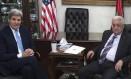 Secretário de Estado americano, John Kerry, e presidente da Autoridade Palestina, Mahmoud Abbas se reúnem neste sábado Foto: Carlo Allegri / AFP