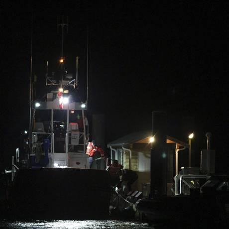 Guarda Costeira canadense realizou buscas na manhã desta segunda-feira após naufrágio de barco turístico na região próxima à Tofino Foto: Chad Hipolito / AP