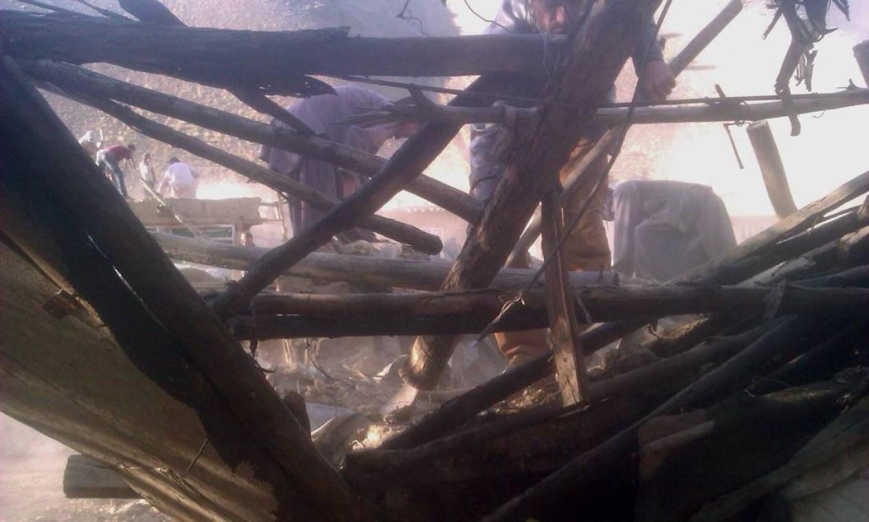 Homens examinam a extensão dos danos em casa na província de Panjshir. Milhares de pessoas corriam pelas ruas do Sul do continente com medo do abalo Foto: STR / AFP