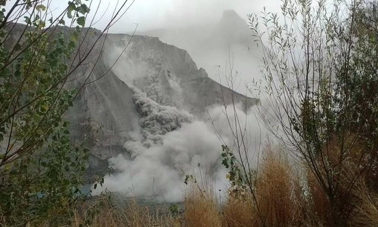 Deslizamento no Vale Hunza, Norte do Paquistão, também foi causado pelo terremoto Foto: AMIN SAIF / AFP