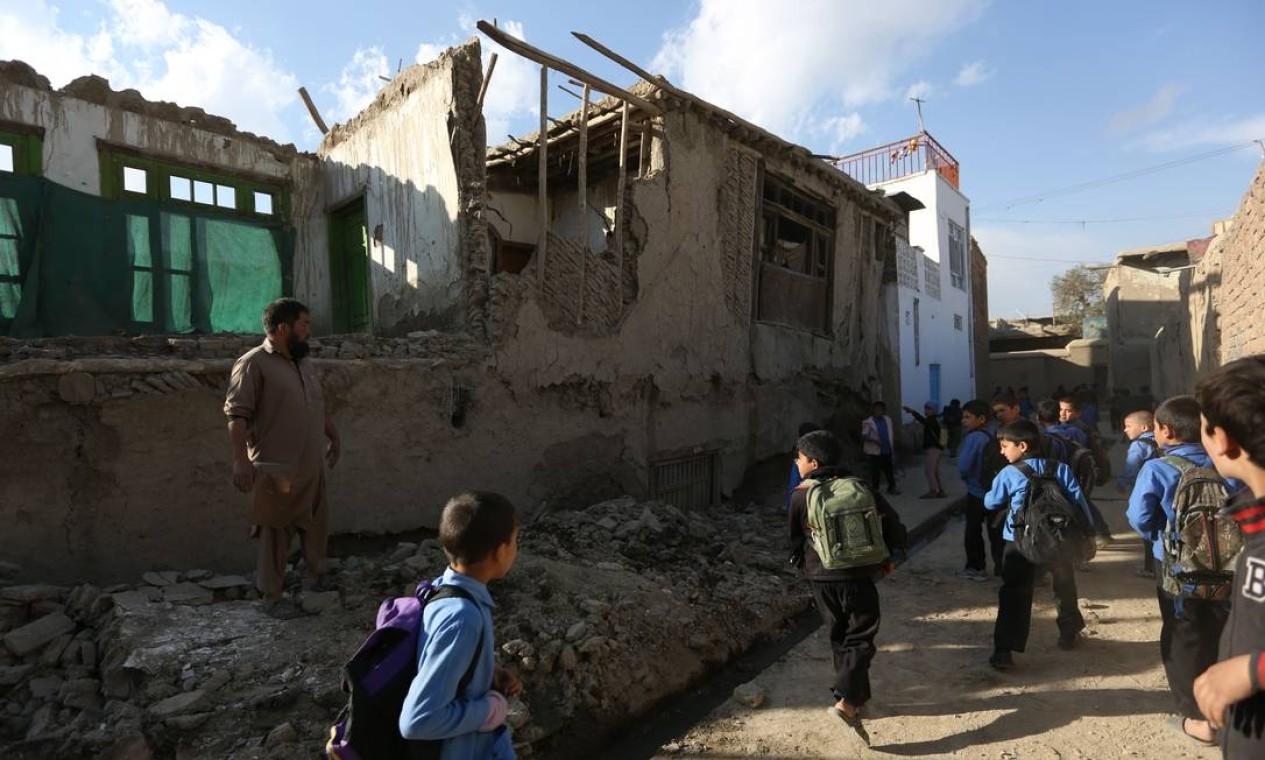 As pessoas entraram em pânico tentando escapar do interior das construções. Na fuga das escolas, além das 12 meninas pisoteadas, outras 30 ficaram feridas e foram levadas para o hospital de Taluqan Foto: Rahmat Gul / AP