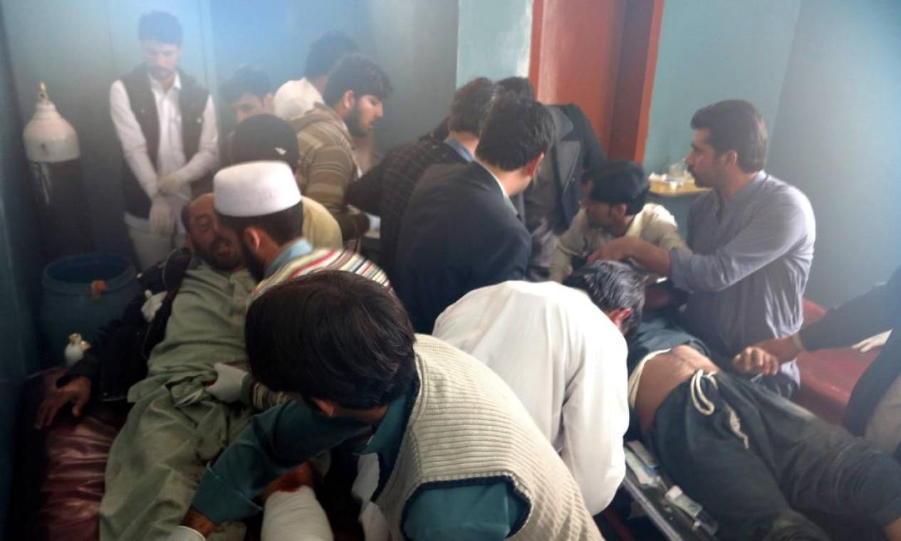 Pacientes atingidos pelos tremores chegam ao hospital em Mingora, no Vale do Swat, Paquistão Foto: Naveed Ali / AP