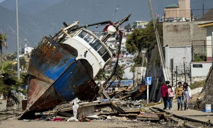 Barco arrastado pelas ondas de 4,5 metros depois do terremoto, no norte do país Foto: AFP