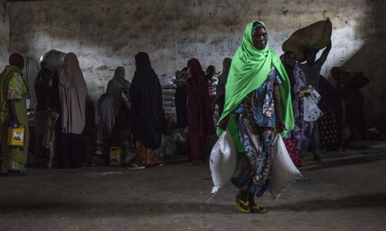 O conflito entre o Exército da Nigéria e o Boko Haram matou os maridos da maioria das sete mil mulheres que se uniram na Associação de Viúvas Cristãs e Muçulmanas, em Maiduguri. Com a colaboração do Comitê Internacional da Cruz Vermelha, elas têm a chance de se reorganizarem Foto: Jesus Serrano Redondo/CICV / Jesus Serrano Redondo/ICRC
